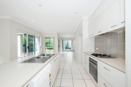 Desain dapur modern minimalis dengan tipe koridor
