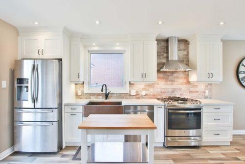 Desain dapur single line dengan nuansa alami