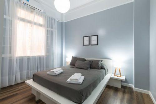 Kamar tidur dengan nuansa abu-abu yang sejuk