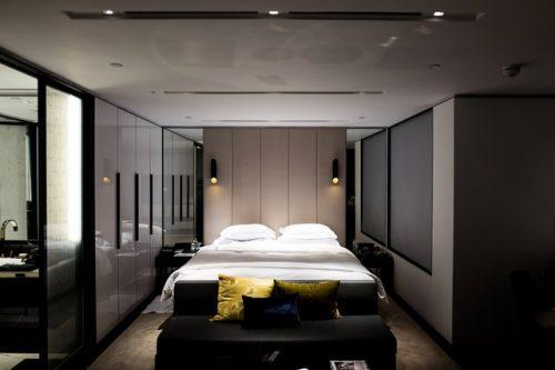 Kamar tidur dengan nuansa coklat yang maskulin