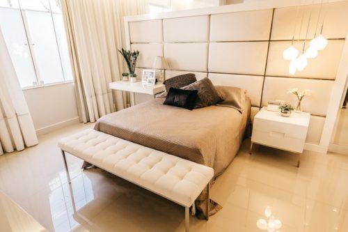 Kamar tidur dengan warna monokrom