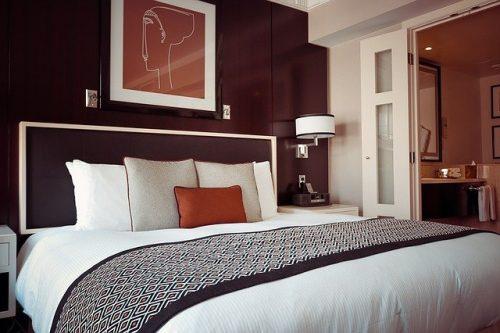 Kamar tidur dengan kombinasi warna putih & coklat yang menawan