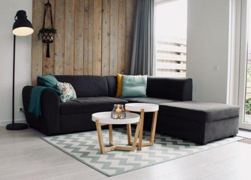 Dinding kayu pada ruang keluarga