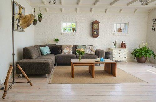 Ruang keluarga dengan dinding bata ekspos