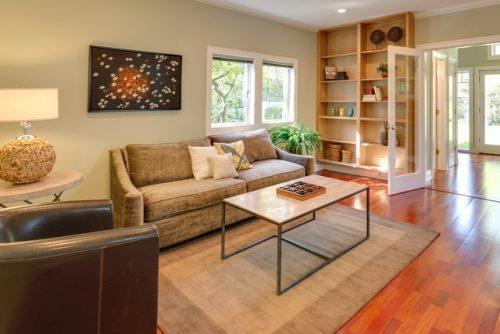 Ruang keluarga dengan nuansa warna coklat