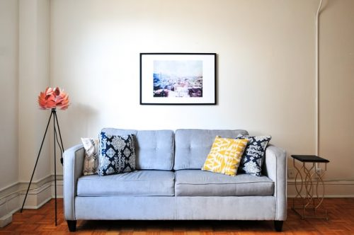 Sofa biru dan bantal motif