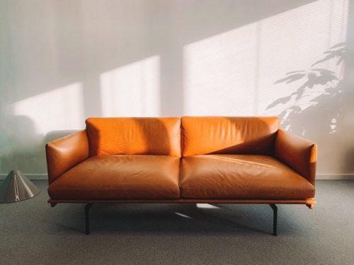Sofa kulit sederhana